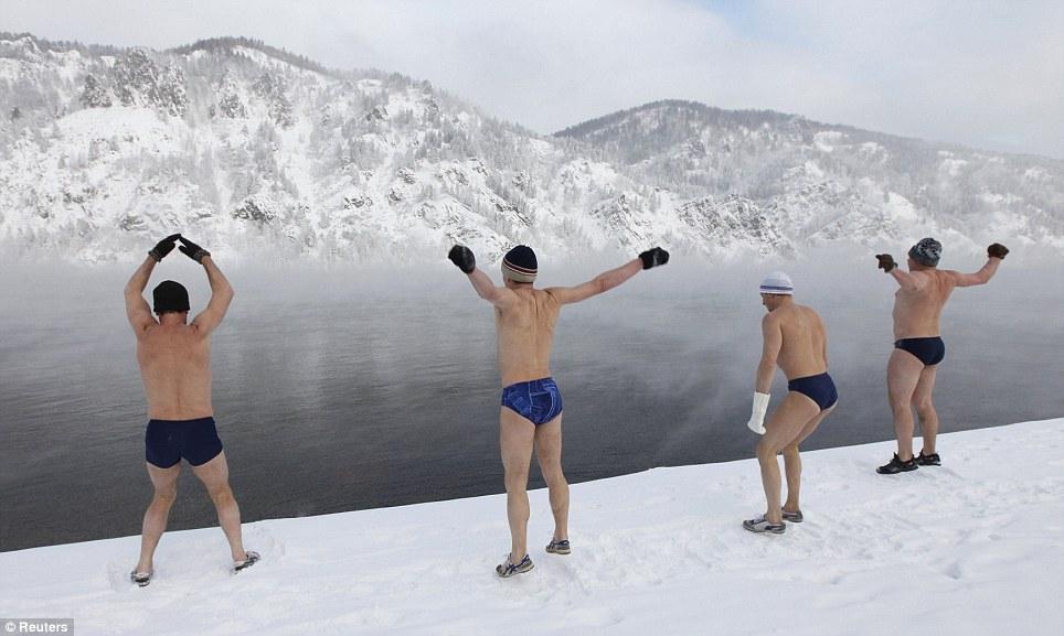 Freezing-Winter-Ice-Swimming-Bath-In-Russia-5